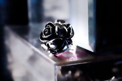 готическое кольцо чёрная роза