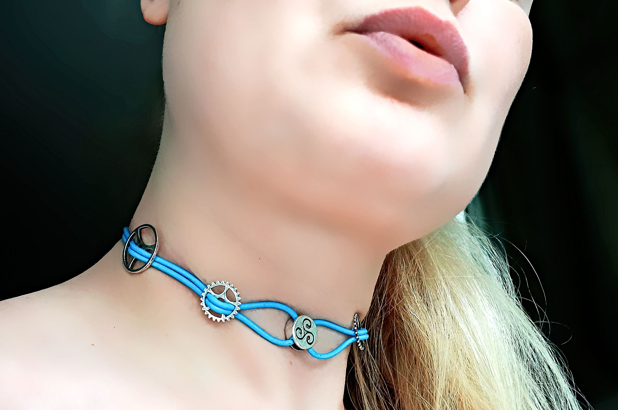 Submissive triskele collar choker